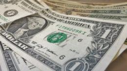 800 millones de dólares al mes estarían enviando los venezolanos desde el exterior 260x146 - 800 millones de dólares al mes estarían enviando los venezolanos desde el exterior